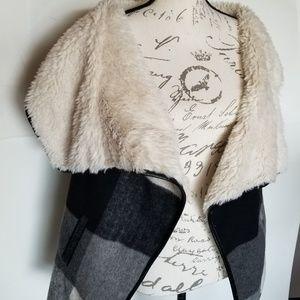 Plaid vest sherpa L gray blk white plaid Me Jane